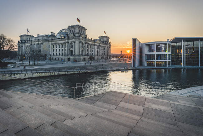 Germany, Berlin, view to Reichstag and Paul Loebe House at sunset — Foto stock