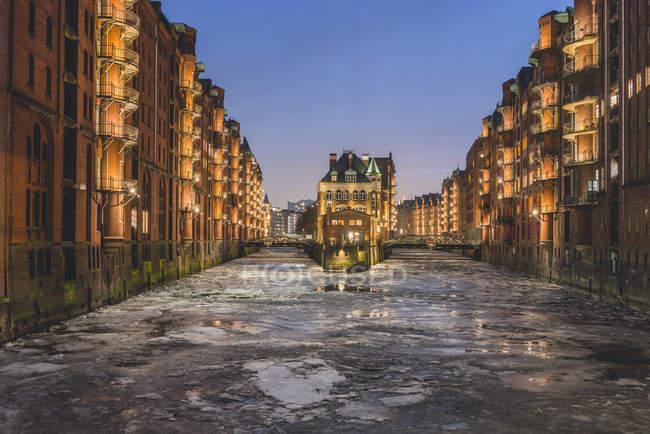 Alemanha, Hamburgo, Speicherstadt, Castelo da Água, rio Elba e gelo à deriva no inverno — Fotografia de Stock