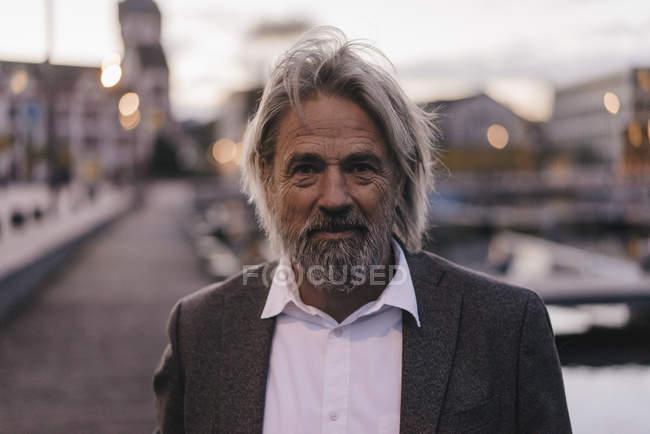 Ritratto di uomo anziano fiducioso all'aperto al crepuscolo — Foto stock
