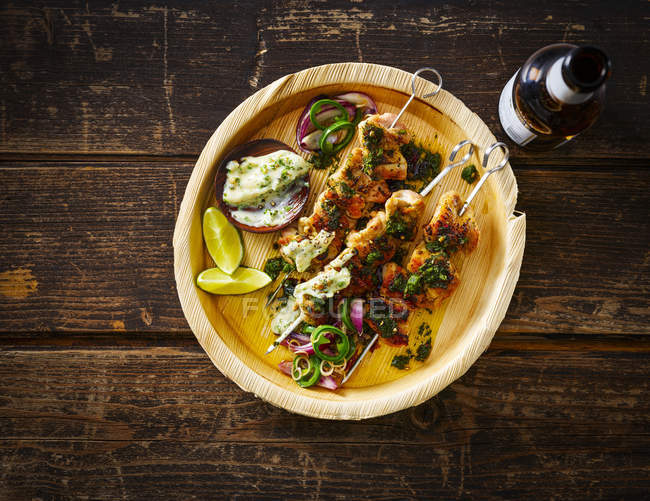 Gegrillte Hähnchenspieße und Knoblauchmayonnaise auf Teller, Bierflasche — Stockfoto