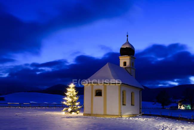 Германия, Бавария, Верхняя Бавария, Хундхэм, Лейцахская долина, Санкт-Леонхард на Рождество — стоковое фото