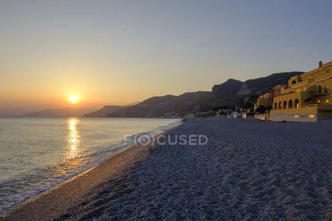 Italia, Liguria, Riviera di Ponente, Finale Ligure, tramonto in spiaggia Varigotti — Foto stock
