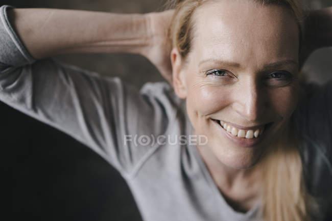 Ritratto di donna sorridente che guarda la macchina fotografica — Foto stock