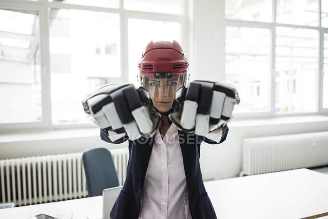 Портрет деловой женщины в хоккейном снаряжении — стоковое фото