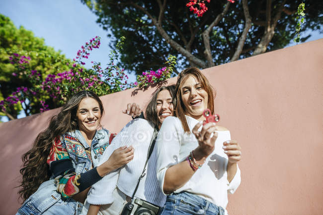 Портрет трьох сміху молодих жінок з непосикотримати лічильник — стокове фото