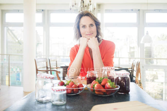Portrait of woman with homemade strawberry jam at home — Stock Photo