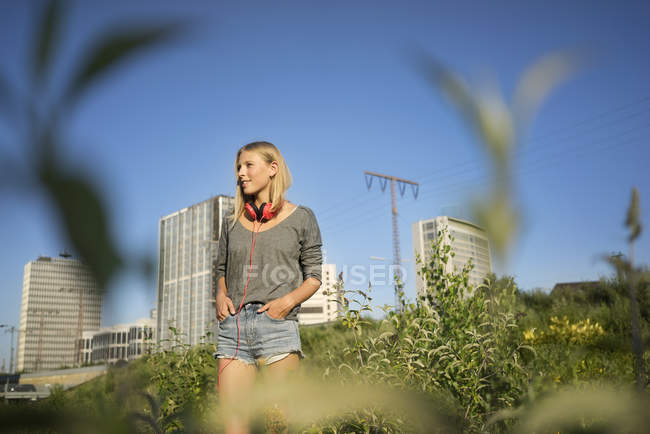 Young woman enjoying sunlight and looking away — Stock Photo
