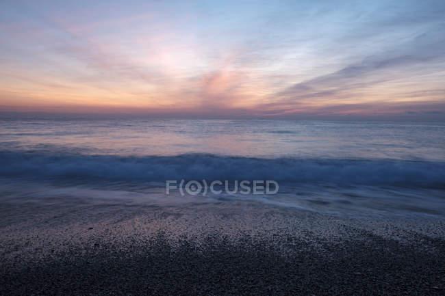 Italie, Ligurie, Riviera di Ponente, Golfe de Gênes, Noli, lever de soleil à la plage — Photo de stock