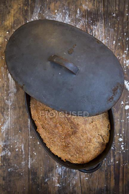 Домашний многозерновой хлеб, поднос для жарки — стоковое фото