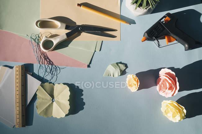 Flores e ferramentas de papel, tinkering — Fotografia de Stock