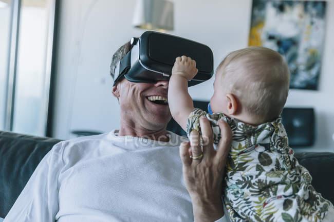 Glücklicher Mann mit Baby mit Vr-Brille — Stockfoto