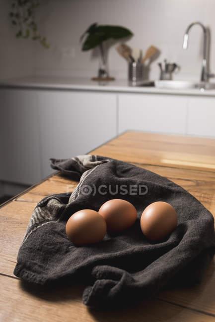 Коричневі яйця, кухонні рушники — стокове фото