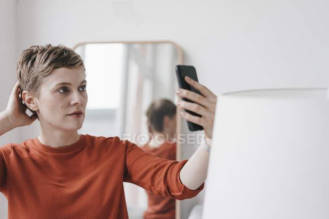Retrato de mulher tomando selfie com telefone celular — Fotografia de Stock