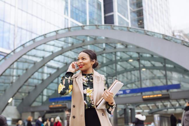Reino Unido, Londres, retrato de mulher de negócios na moda no telefone — Fotografia de Stock