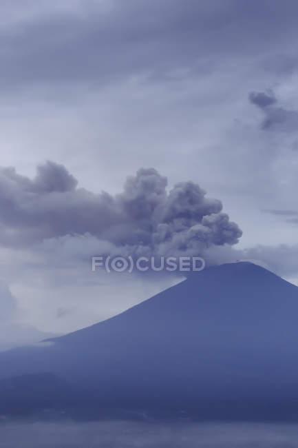 Индонезия, Бали, вулкан Эйяфьятлайокудль утром — стоковое фото