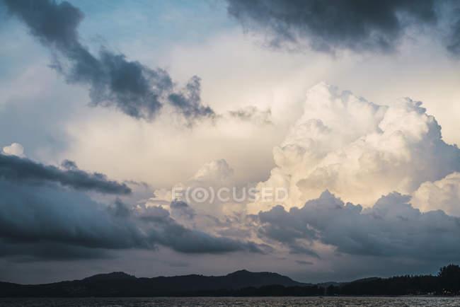 Thailand, Phuket, bewölkter Himmel über dem Meer — Stockfoto