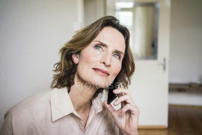 Porträt einer lächelnden reifen Frau auf dem Handy — Stockfoto