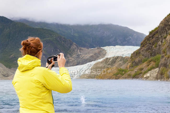 США, Аляска, Джуно, жіночий туризм фотографування Менденхолл льодовик — стокове фото