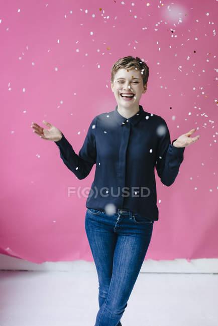 Confetti che cade sulla donna felice — Foto stock