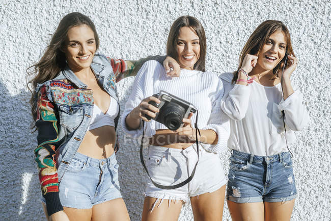 Group picture of three friends having fun together — Stock Photo