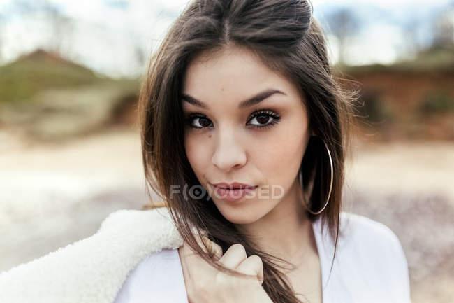 Портрет красивой брюнетки на улице — стоковое фото