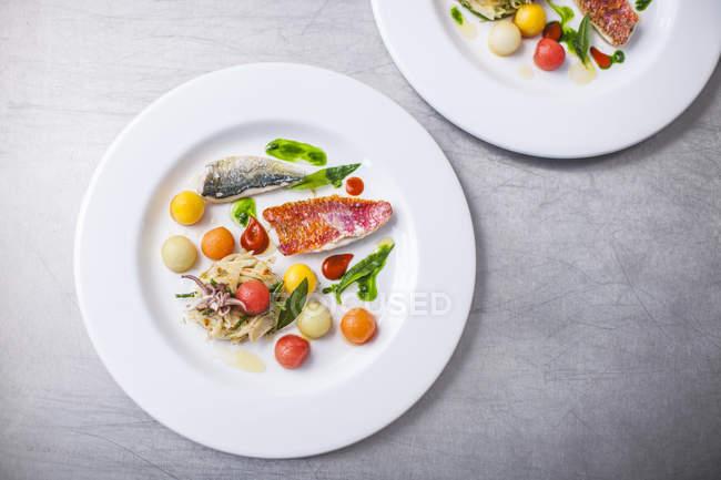 Plato con mariscos y verduras - foto de stock