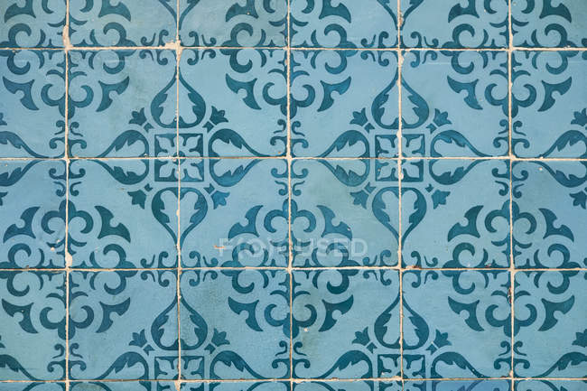 Portugal, Lisbon, Chiado, part of wall with white and blue azulejos — Stockfoto