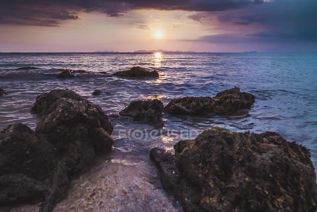 Thaïlande, Îles Phi Phi, Ko Phi Phi, coucher de soleil violet sur la plage — Photo de stock