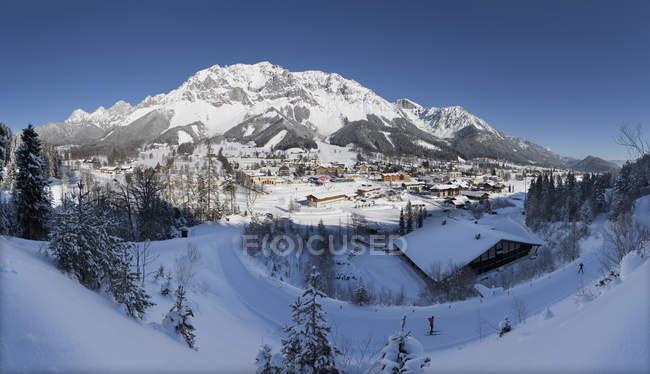 Austria, Styria, Liezen District, Ramsau am Dachstein with houses — стокове фото