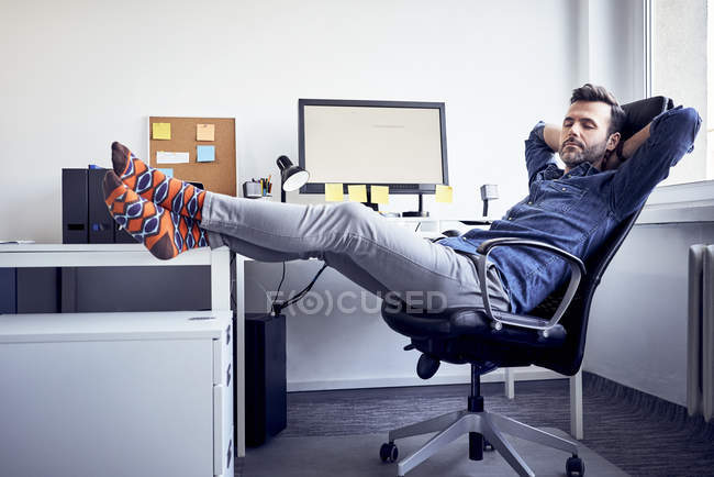 Man sitting at desk in office and napping — Fotografia de Stock