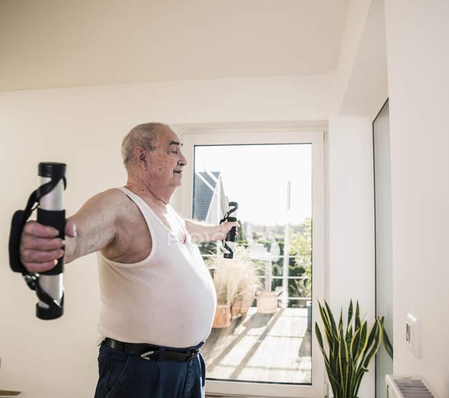 Homme aîné faisant un exercice de bras — Photo de stock