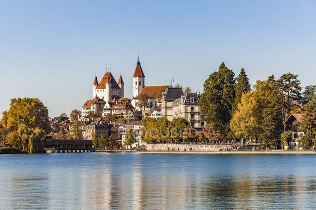 Switzerland, Canton of Bern, Thun, river Aare, old town with Aarequai, parish church and castle — Stock Photo