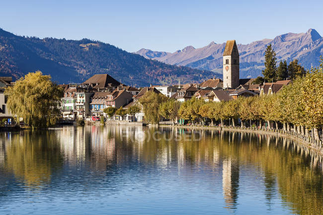 Suiza, Berna, Bernese Oberland, Interlaken, Casco antiguo, Río Aare - foto de stock