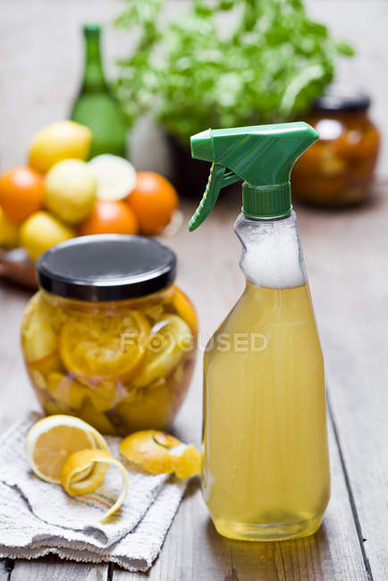 Hausgemachtes Reinigungsmittel, Essig, Schalen von Zitrusfrüchten, Ingwer und Wasser — Stockfoto