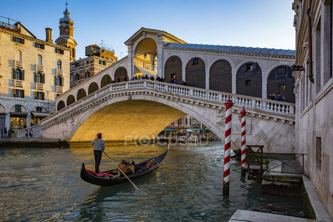 Italy, Veneto, Venice, Gondola on Canal Grande in front of Rialto Bridge — Stock Photo