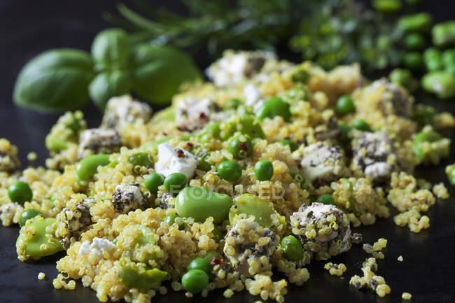 Salade de quinoa aux fèves, petits pois et feta, gros plan — Photo de stock