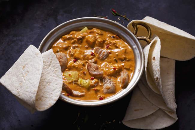 Currygericht mit Truthahn und Ananas in Currysauce — Stockfoto