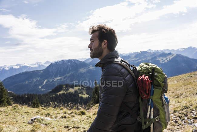 Autriche, Tyrol, jeune homme dans le paysage de montagne regardant la vue — Photo de stock