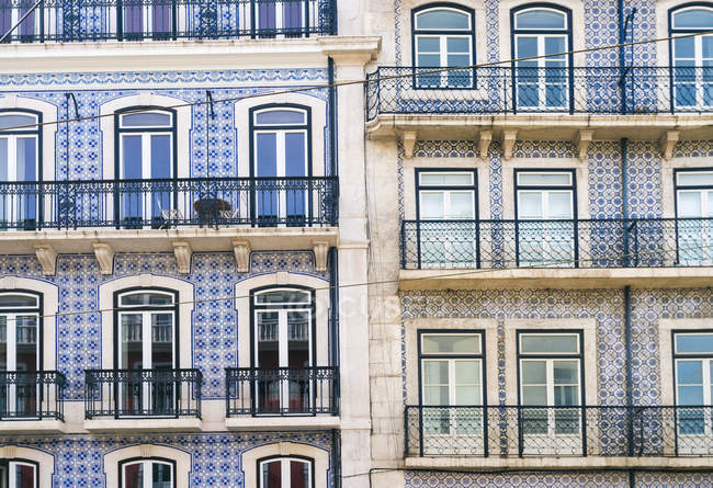 Portugal, Lisbon, facades of two multi-family houses, partial view - foto de stock