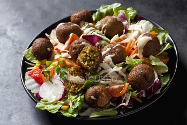 Чаша змішаного салату з овочевими кульками — стокове фото