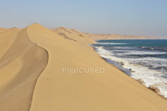 Africa, Namibia, Namib-Naukluft National Park, Namib desert, desert dunes and atlantic coast — стокове фото