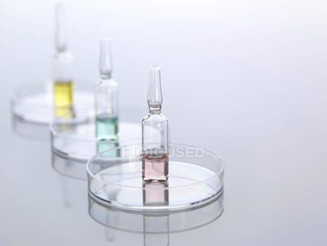 Primo piano di Ampullae in capsule di Petri — Foto stock