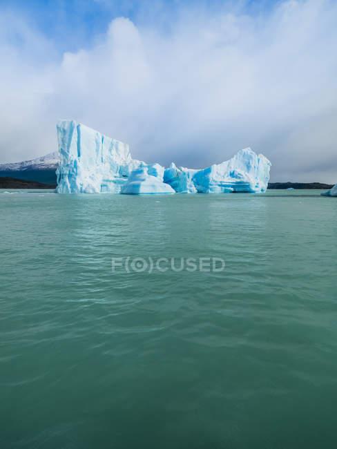 Argentina, Patagonia, El Calafate, Puerto Bandera, Lago Argentino, Parque Nacional Los Glaciares, Estancia Cristina, iceberg rotto — Foto stock