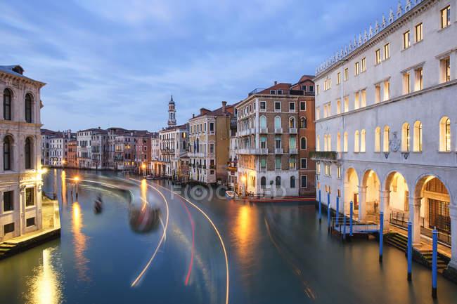 Италия, Венето, Венеция, Канал Гранде вечером — стоковое фото