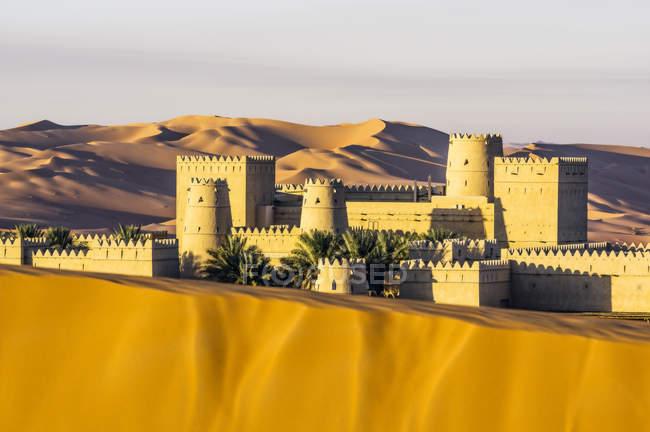 VAE, Abu Dhabi, view to hotel at Liwa Desert - foto de stock