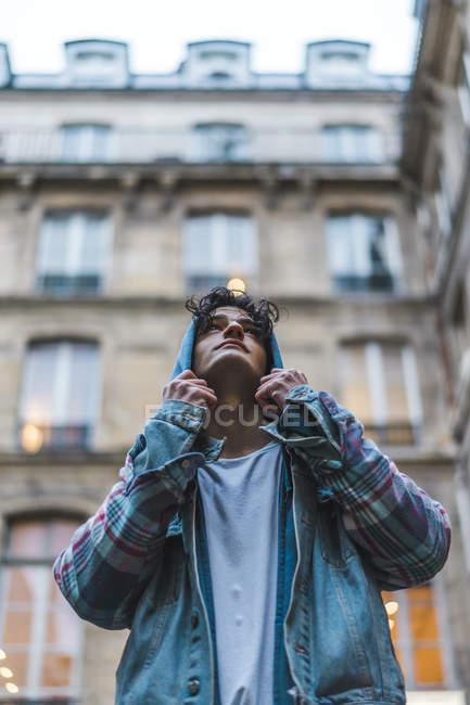 Молодой человек смотрит вверх — стоковое фото