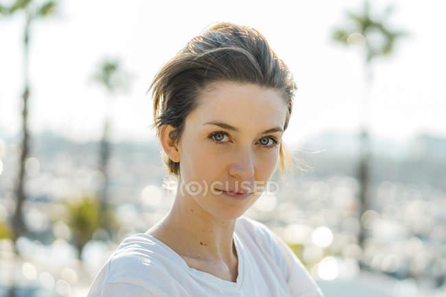 Ritratto di donna con i capelli corti — Foto stock