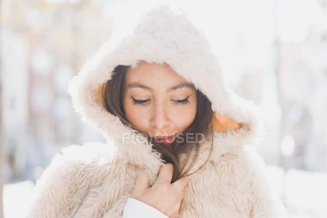 Портрет девушки в меховой куртке в капюшоне — стоковое фото