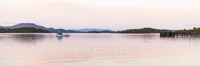 Reino Unido, Escocia, Luss, Loch Lomond and The Trossachs National Park, Loch Lomond, barco de pesca - foto de stock