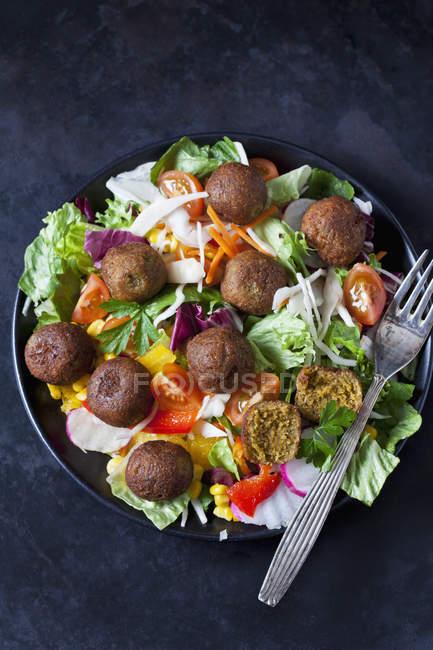 Cuenco de ensalada mixta con bolitas de verduras - foto de stock